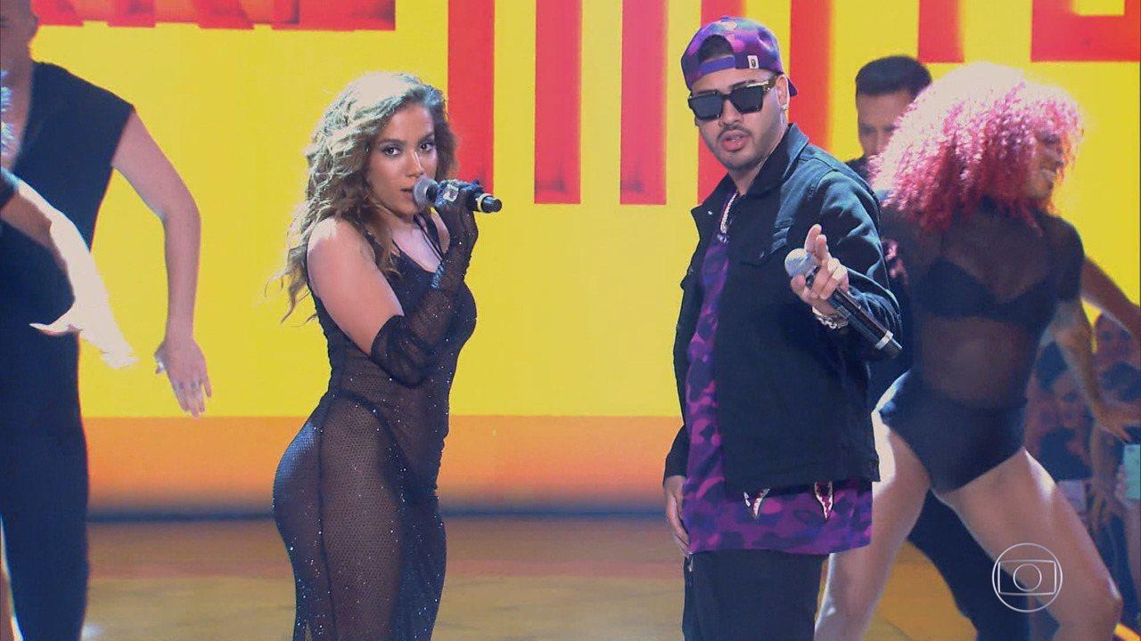 Anitta e Kevinho no palco do Caldeirão de Ouro (Foto: Reprodução)