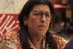 Lurdes (Regina Casé) descobre pista sobre Domênico em Amor de Mãe (Foto: Reprodução/Globo)