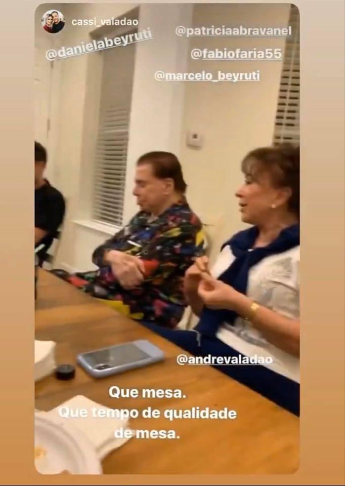 Silvio Santos foi flagrado dormindo durante um jantar em família (Foto: Reprodução/ Instagram)