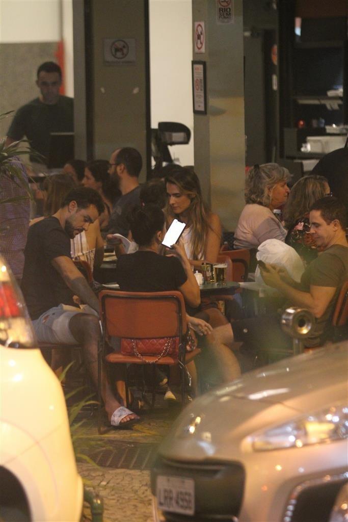 O famoso ator da Globo, Joaquim Lopes foi flagrado chorando ao lado da namorada (Foto: AgNews/ Daniel Delmiro)