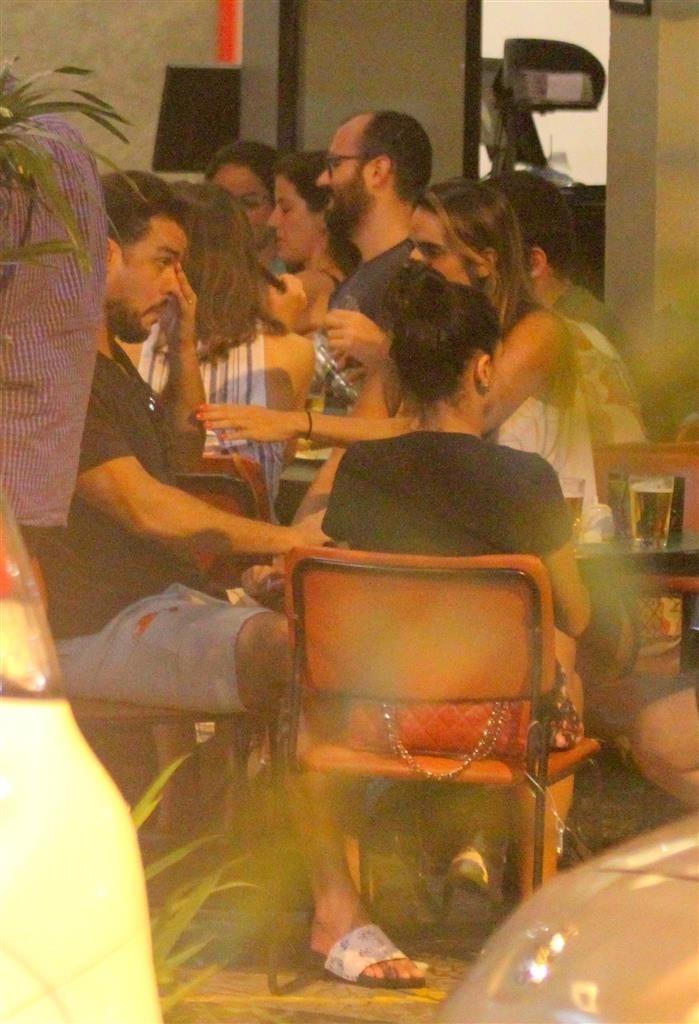 O contratado da Globo foi visto abatido ao lado dos amigos (Foto: AgNews/ Daniel Delmiro)