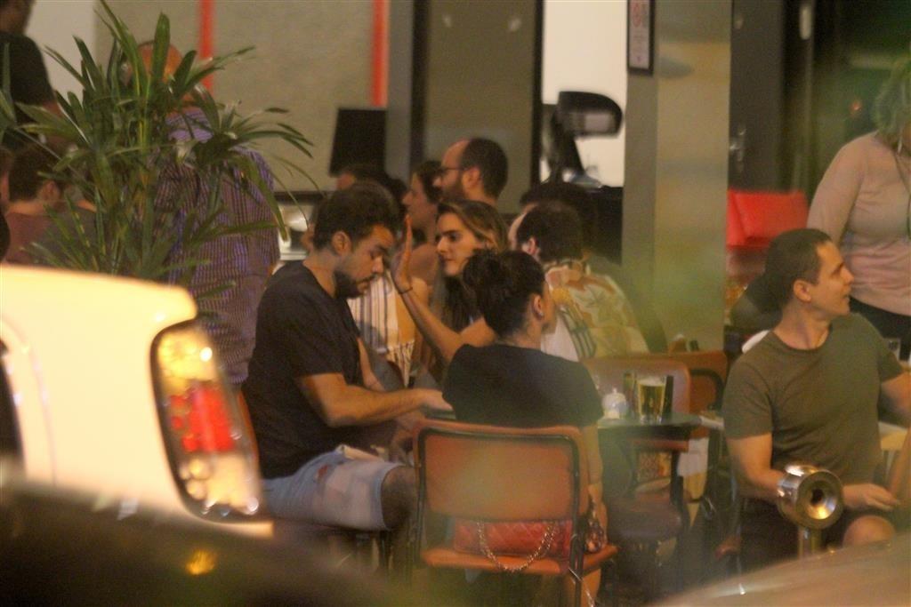 Que situação! Lopes é pego durante momento privado com a namorada e colegas (Foto: AgNews/ Daniel Delmiro)