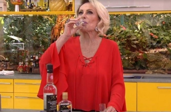 Ana Maria Braga tomando cachaça ao vivo na Globo (Foto: Reprodução)
