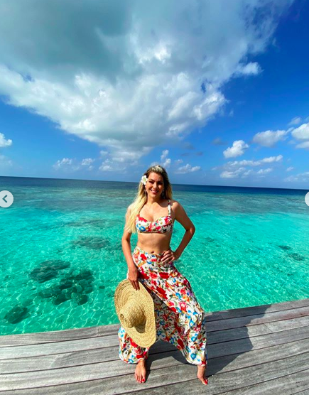 De férias nas Maldivas, Renata Fan levou os seguidores à loucura ao surgir com um decotão ousado e a barriguinha de fora, algo incomum dentre as fotos da apresentadora da Band