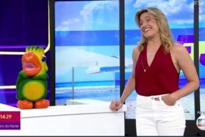 Fernanda Gentil posa ao lado do mascote Louro José (foto: divulgação/TV Globo)