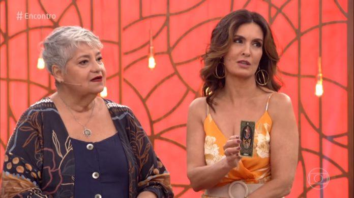 Fátima Bernardes ao lado da taróloga Gloria Britho e as previsões de 2020 (Foto: Reprodução/Globo)