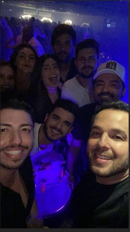 Fernando Zor ao lado dos amigos (Foto: Reprodução/Instagram)