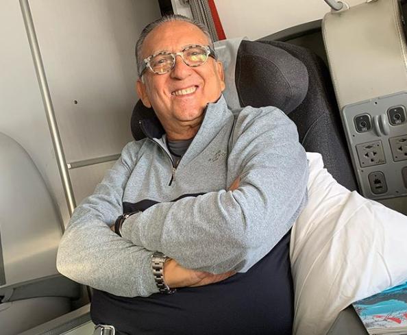Galvão Bueno posa para foto sorrindo (foto: divulgação)