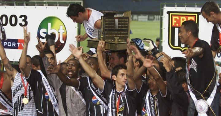 Corinthians foi o campeão paulista de 2003 (detalhe para o logo do SBT no palco, ao fundo). (Foto: Divulgação)