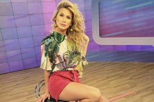 A famosa apresentadora do Fofocalizando do SBT, Lívia Andrade fez o coração de seus seguidores disparar ao aparecer completamente 'nua' nas redes sociais (Foto: Reprodução/Instagram)