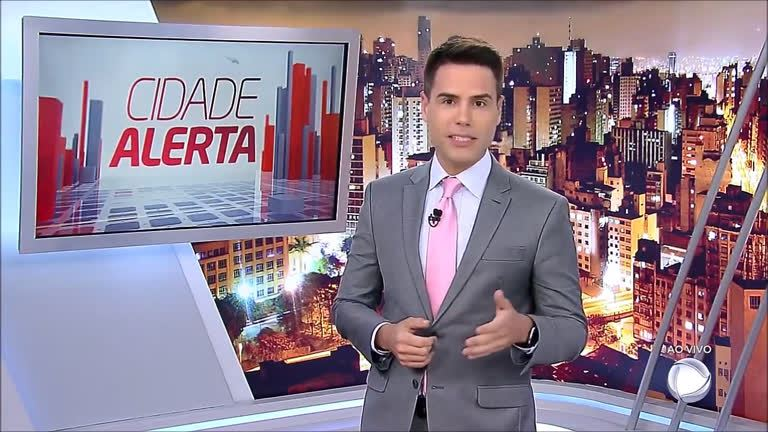 O jornalista Luiz Bacci no comando do Cidade Alerta (foto: reprodução/RecordTV)