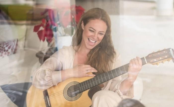 Paola Oliveira tocando violão; fofoqueiros de plantão (Foto: Reprodução/Instagram)