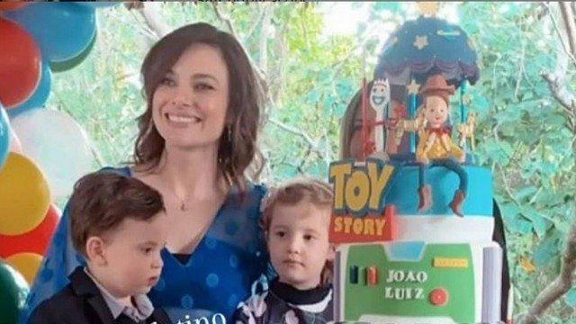 A ex-mulher de Victor Chaves, Poliana ao lado de seus dois filhos (foto: Reprodução)