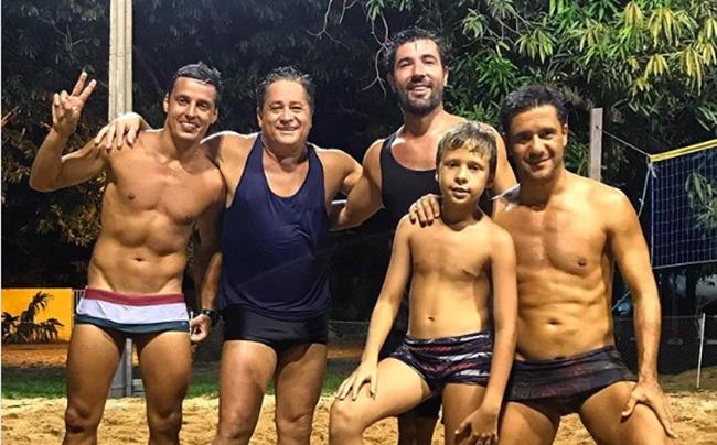 Sandro Pedroso ao lado de Leonardo e amigos (Foto: Reprodução/Instagram)