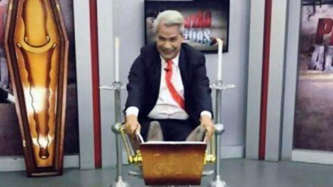 Sikêra Jr em um caixão, no seu finado programa local (Foto: reprodução)