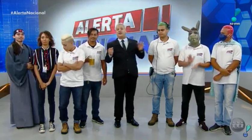 Sikêra Jr. posa ao lado de seu elenco no cenário do Alerta Nacional (foto: reprodução/RedeTV!)