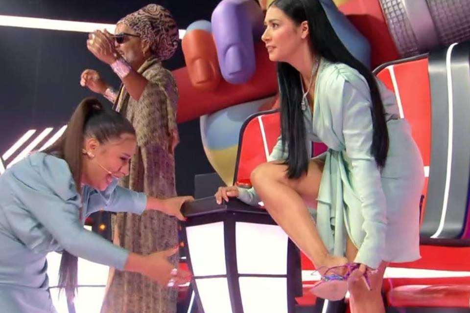 Momento em que a sertaneja estava tirando o seu calçado (Foto: Reprodução)