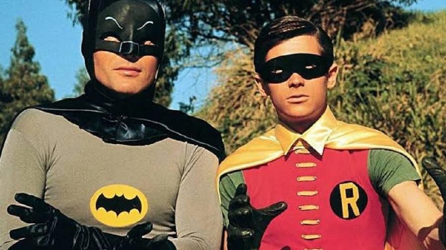 O atores Adam West e Burt Ward em cena como Batman e Robin (Imagem: Reprodução)