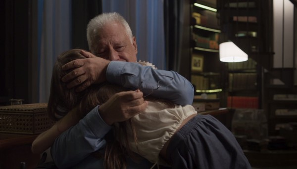 Alberto (Antonio) consola Sofia na novela das 19h da TV Globo Bom Sucesso; agora o ator está também nas redes sociais (Foto: Reprodução da Globo)