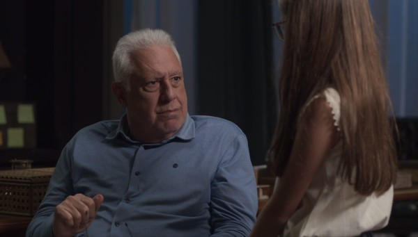 Alberto conversa com a neta em Bom Sucesso (Foto: Reprodução/Globo)