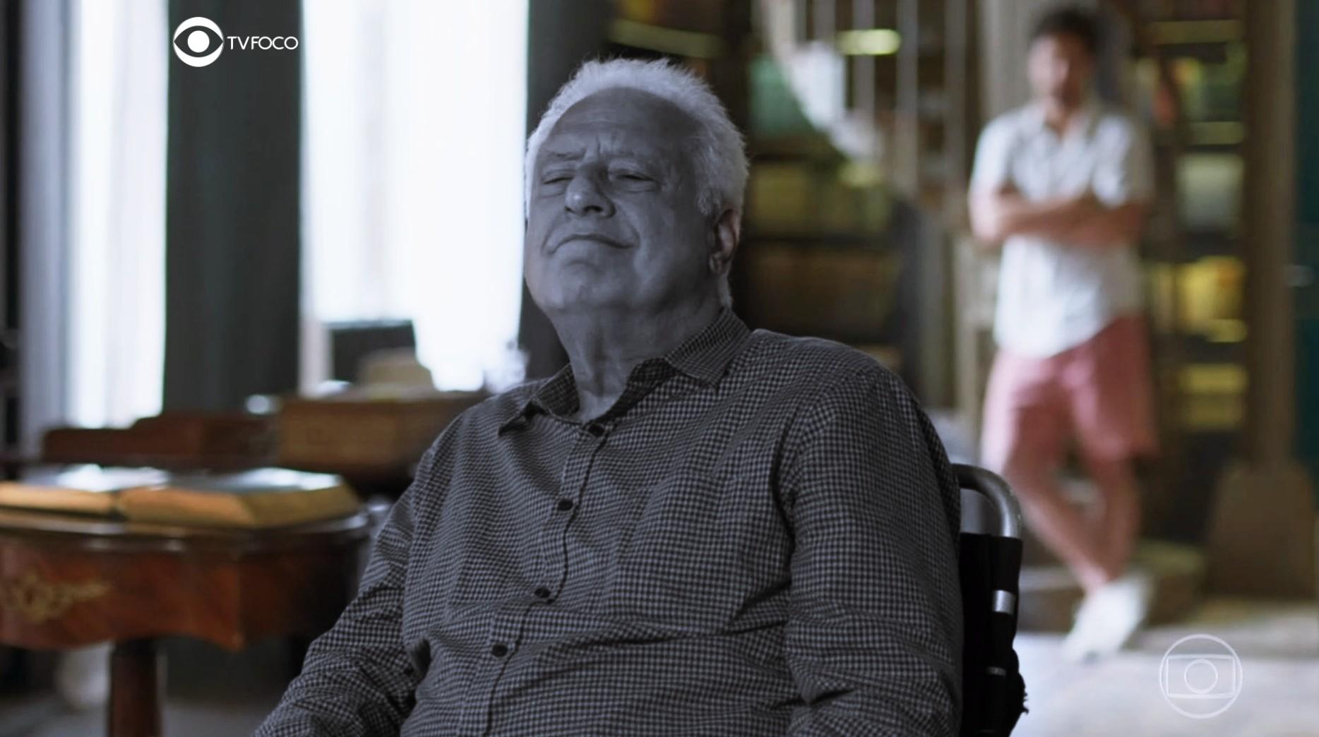 Fotomontagem do TV Foco com Alberto preto e branco sobressaindo em cena colorida de sala em Bom Sucesso