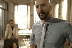 Álvaro (Irandhir Santos) se desespera após prisão de seu capanga em Amor de Mãe (Foto: Reprodução/Globo)
