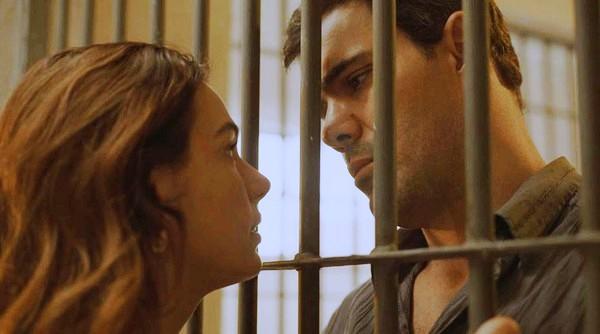 Betina da novela Amor de Mãe encontra com Magno eles estão separados por grades