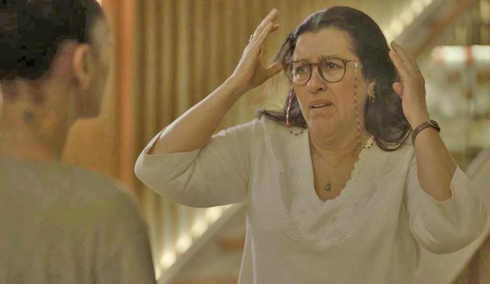 Lurdes fica chocada com notícia na novela Amor de Mãe (Foto: Reprodução)