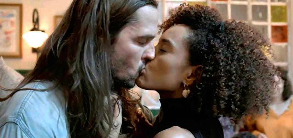 Vitória e Davi tem reaproximação em Amor de Mãe (Imagem: Reprodução)