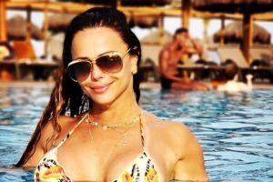 A famosa atriz da Globo e rainha de bateria do Salgueiro, Viviane Araújo causou o maior tumulto ao aparecer de maiô cavado nas redes sociais