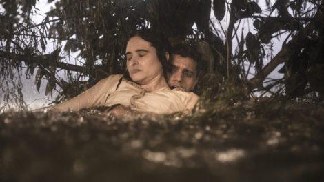 Téo salva a vida de Luna na novela Salve-Se Quem Puder (foto: divulgação/TV Globo)