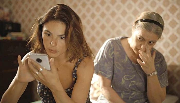 Betina (Isis Valverde) desvenda passado de Genilson com ajuda da mãe em Amor de Mãe (Foto: Reprodução/Globo)