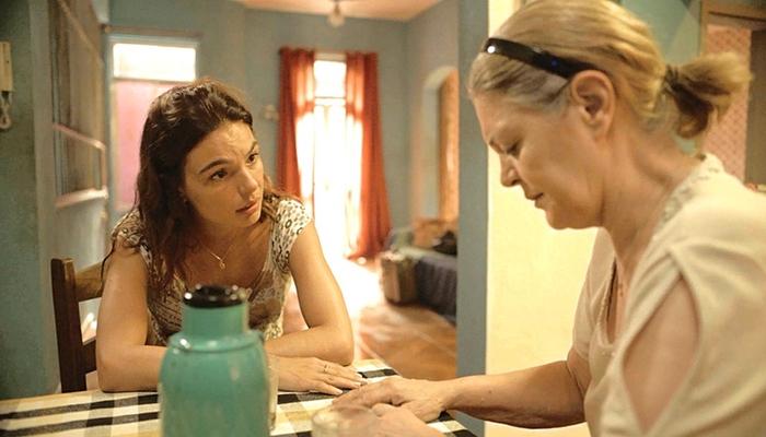 Betina (Isis Valverde) saberá do romance de Genilson com Verena em Amor de Mãe (Foto: Reprodução/Globo)