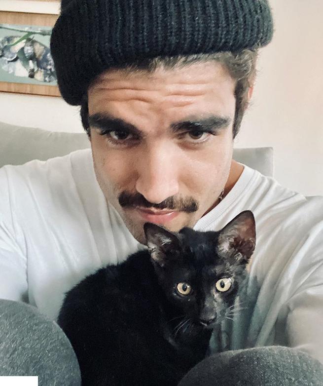 Caio Castro apareceu com gato de Grazi Massafera (Foto: Reprodução)