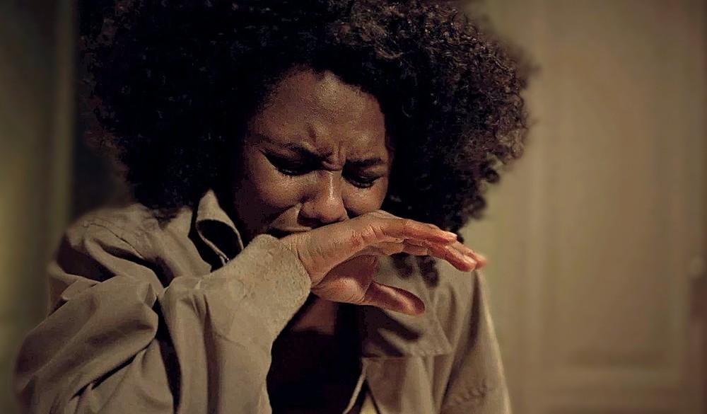 Em cena dramática em Amor de Mãe, Camila teme perder seu bebê