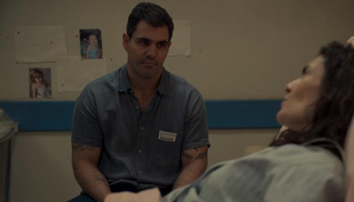 Magno (Juliano Cazarré) descobre farsa da mulher em Amor de Mãe (Foto: Reprodução/Globo)