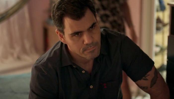 Magno (Juliano Cazarré) será incriminado por morte e assustará Betina em Amor de Mãe (Foto: Reprodução/Globo)