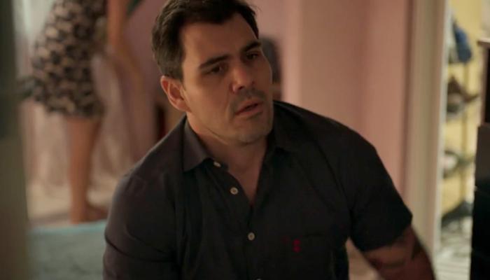 Magno (Juliano Cazarré) terá romance com Betina (Isis Valverde) destruído pela ex-mulher em Amor de Mãe (Foto: Reprodução/Globo)