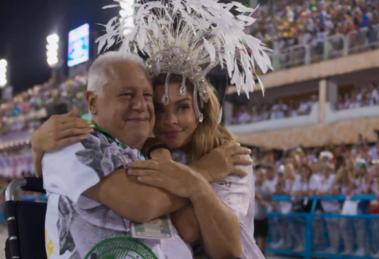 Antonio Fagundes (Alberto) e Grazi Massafera (Paloma) em cena de Bom Sucesso, que teve audiência recorde às quartas (Foto: Reprodução/Globo)