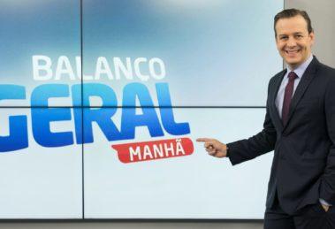 Celso Zucatelli posa no estúdio do Balanço Geral Manhã (foto: divulgação/RecordTV)