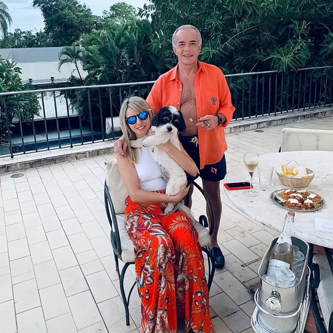 O famoso e a corretora de imóveis em sua mansão (Foto: reprodução/Instagram)
