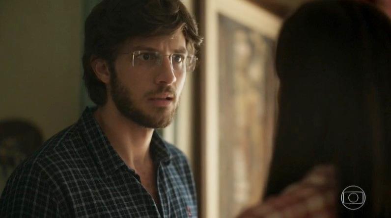 Danilo (Chay Suede) descobrirá segredo de Thelma em Amor de Mãe (Foto: Reprodução/Globo)