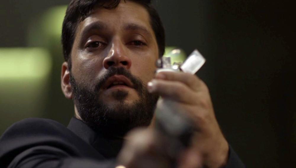 Diogo (Armando Babaioff) coloca fogo na editora