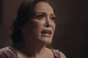 Emília de Éramos Seis dará show de horror de racismo e machismo (Imagem: Reprodução)