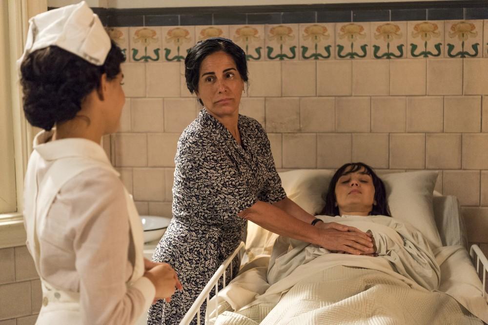 Lola cuida de Coltilde na novela Éramos Seis (Foto: Reprodução)