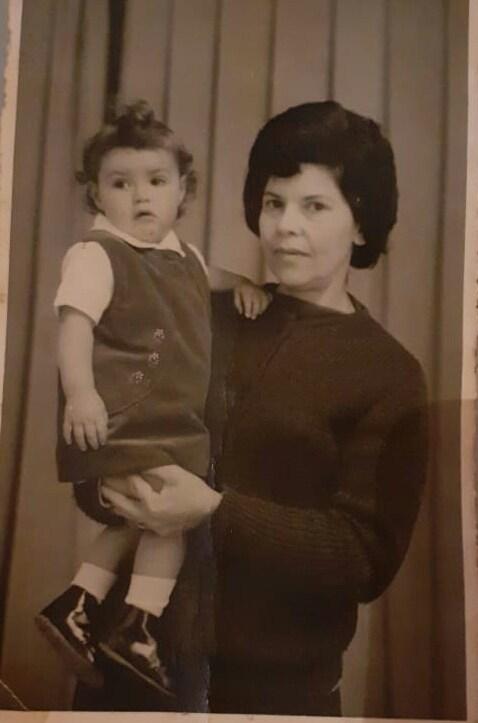 Na foto: A irmã mais nova de Érica com uma avó adotiva. Foto: Reprodução