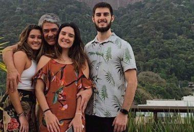 William Bonner com seus filhos, Beatriz, Laura e Vinícius (Foto: Reprodução/Instagram)