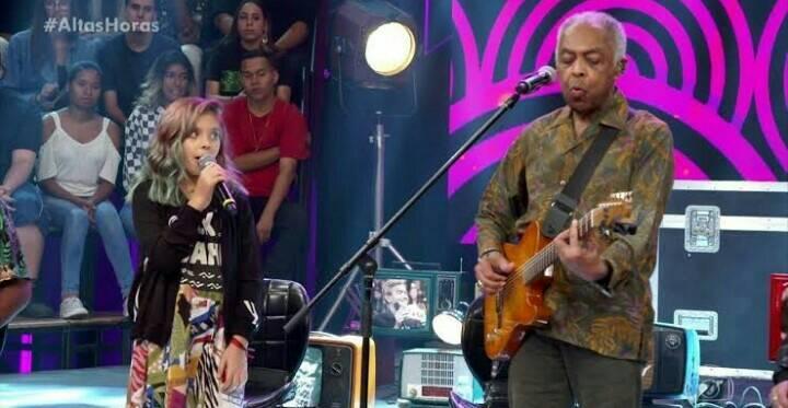 Gilberto Gil e neta, Flor Gil, no Altas Horas. Apresentação encanta público (Foto: Reprodução)