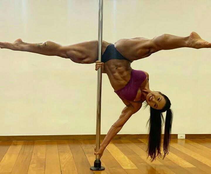 A famosa atriz da Multishow e mulher do cantor Belo, Gracyanne Barbosa deixou os seus seguidores de queixo caído ao aparecer em posição intrigante em pole dance (Foto: Reprodução: Instagram)