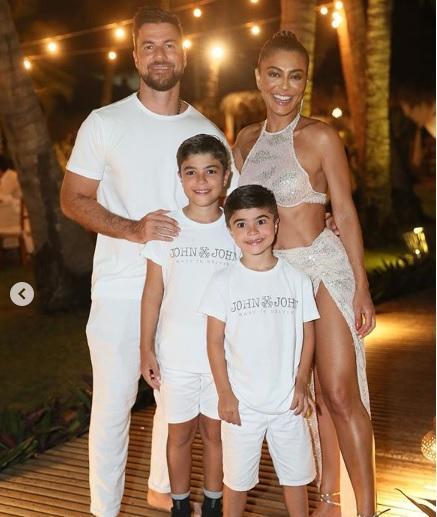 Juliana Paes posa em família e beleza do marido e dos filhos chama atenção no Ceará (Foto: Reprodução)